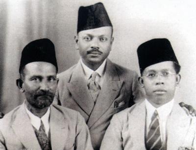 Dari kiri: Tuan Kapten Syed Salleh Al Sagoff, Tuan Dr. Kamil Mohamad Ariff dan Tuan Kapten Mohamed Noor bin Mohamed