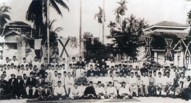 Ahli-ahli pengasas Penang Malay Organization bergambar pada Mesyuarat Agung Pertama pada 9 Mei 1927. Gambar ini diambil di hadapan Masjin Jalan Hatin, Pulau Pinang.